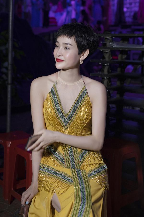 Ca sĩ Hiền Hồ cũng có mặt để chạy chương trình cùng êkíp.
