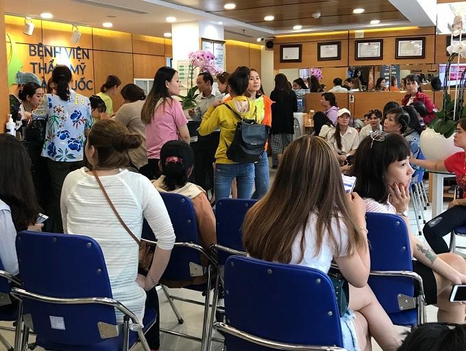Đông đảo khách hàng đã có mặt tại sự kiện củaBệnh viện thẩm mỹ JW Hàn Quốc.