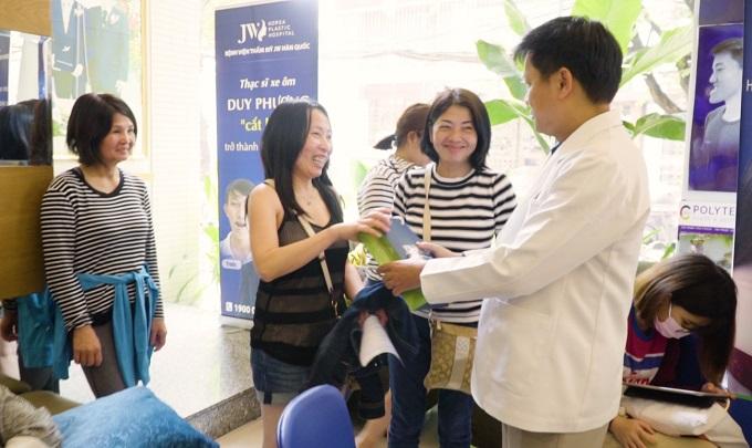Bác sĩ Tú Dung trao quà cho phái đẹp tại sự kiện.