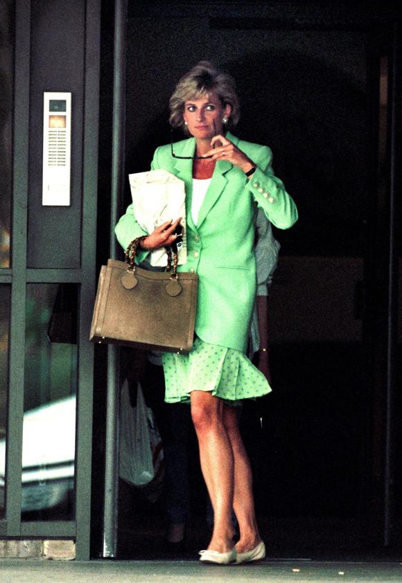 Công nương Diana ra khỏi bệnh viện ở Chelsea,nơi bác sĩ Hasnat Khan làm việc, năm 1996. Ảnh: UK Press.