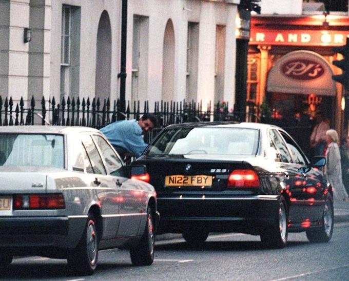 Bác sĩ Hasnat được bắt gặp cùng vào trong một chiếc xe hơi với Diana vào năm 1996. Ảnh: Rex.