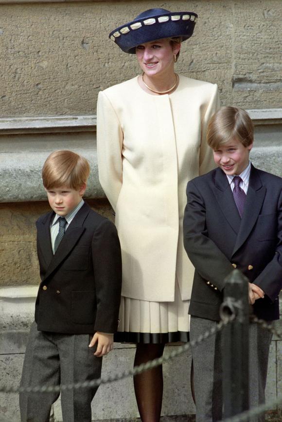 Công nương Diana và hai con trai, Hoàng tử William, Hoàng tử Harry, ở lâu đài Windsor năm 1992. Ảnh: PA.