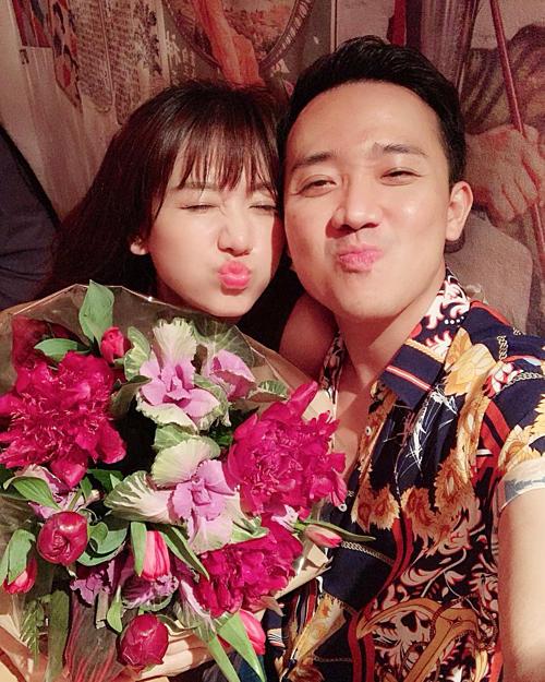 Vợ chồng Hari Won - Trấn Thành nhí nhảnh tạo dáng selfie.