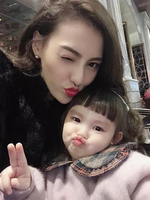 Con gái Hồng Quế tạo dáng selfie cùng mẹ.