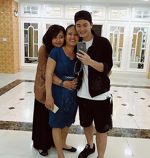 Diễn viên Huỳnh Anh hạnh phúc bên mẹ và em gái.