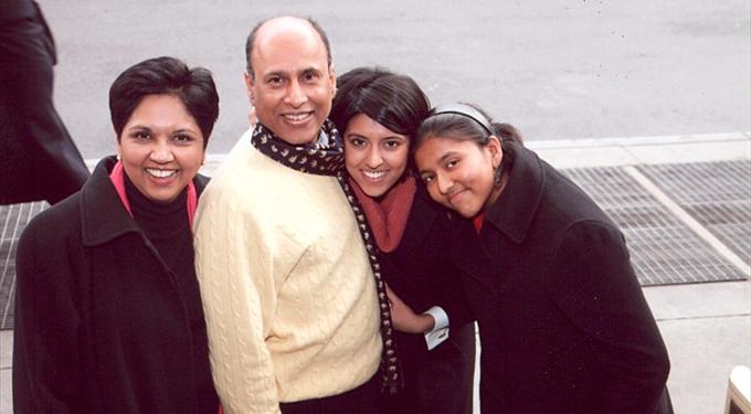Indra Nooyi cùng chồng và hai con gái.