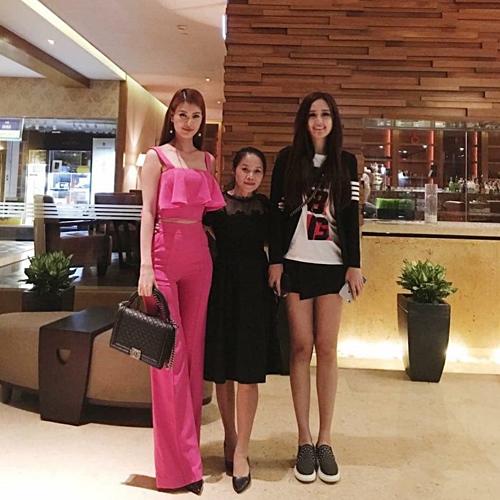 Mai Phương Thúy được fan nhận xét như người khổng lồ trong bức ảnh chụp cùng những người bạn. Hoa hậu Việt Nam 2006 sở hữu chiều cao 1m8.