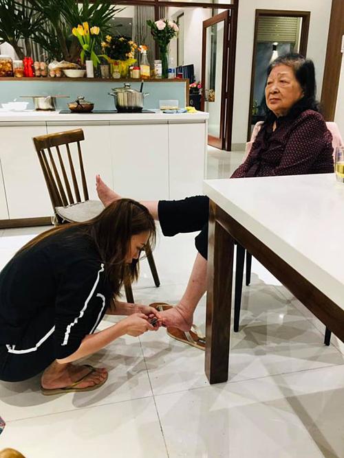 Mỹ Tâm tỉ mẫn ngồi cắt móng chân cho mẹ.