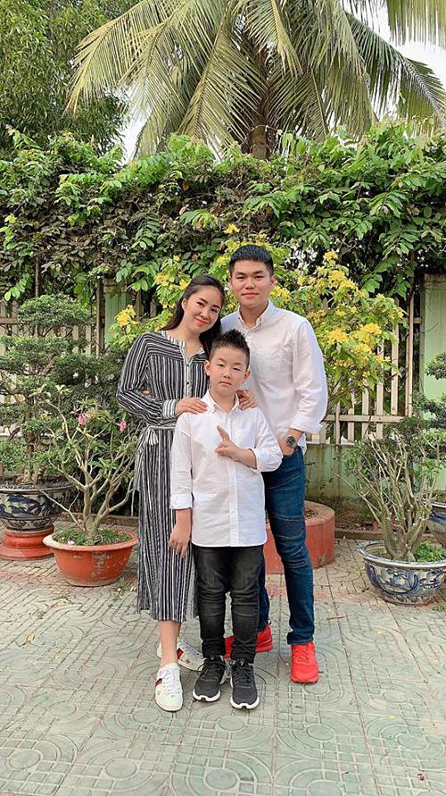 Lê Phương hạnh phúc bên ông xã Trung Kiên và con trai Cà Pháo. Nữ diễn viên đang mang thai lần hai.