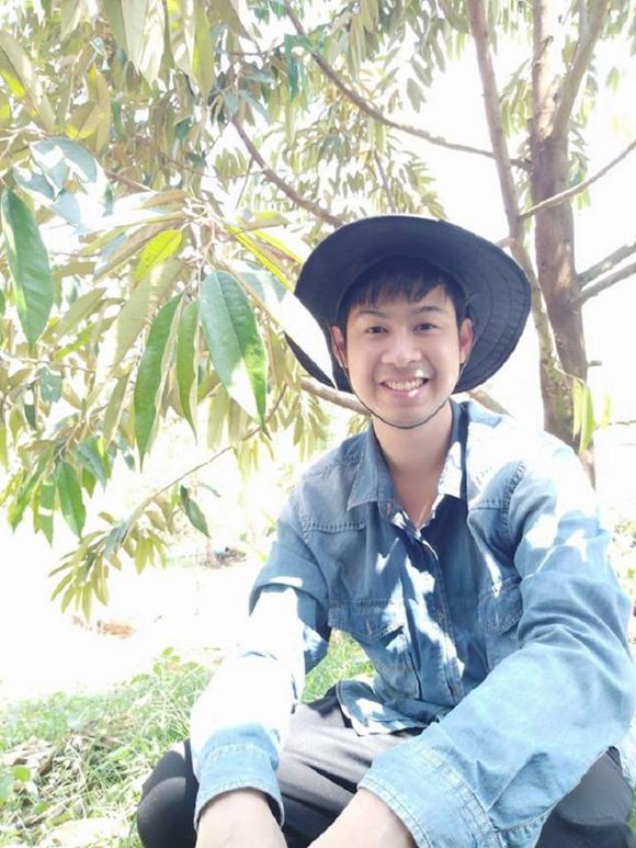 Khongsai bên vườn sầu riêng của gia đình ở tỉnh Trat, Thái Lan. Ảnh: Facebook.