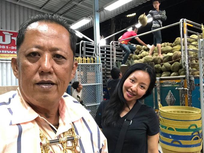 Ông Anon và con gái Karnsita kinh doanh sầu riêng ở tỉnh Chumphon, Thái Lan. Ảnh: Facebook.