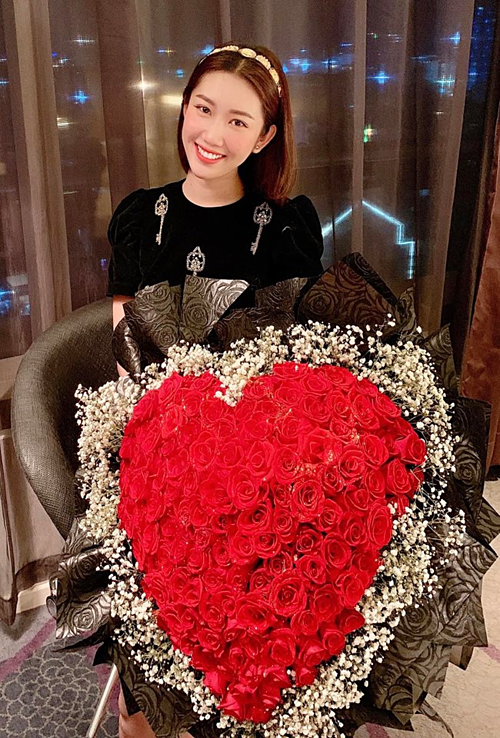Diễn viên Thúy Ngân khoe bó hoa kết hình trái tim lớn được tặng ngày 8/3.