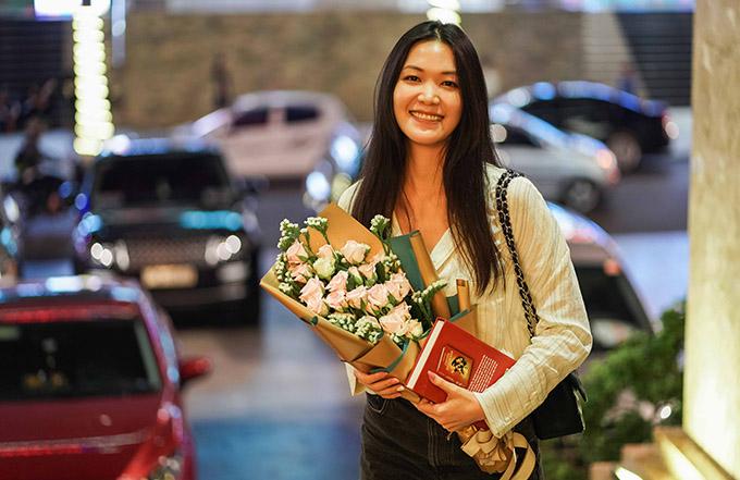 Trong khi các người đẹp khác lên Tây Nguyên bằng máy bay thì Hoa hậu Thùy đi bằng ôtô vì từ Đà Nẵng quê cô chưa chuyến bay đến Buôn Ma Thuột.