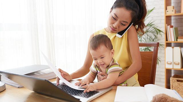 Phụ nữ vừa đi làm vừa chăm con luôn có những điều phải hy sinh, tuy nhiên nên biết chọn thứ tự ưu tiên. Ảnh minh họa.