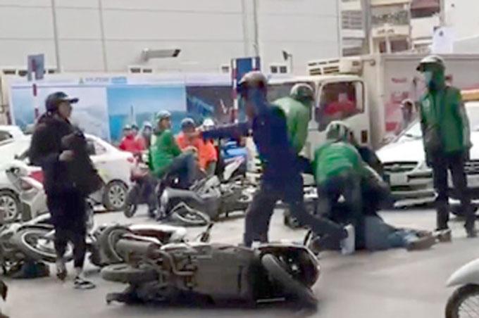 Nhóm cướp dàn cảnh va chạm giao thông bị cảnh sát hình sự nguỵ trang khống chế. Ảnh cắt từ clip