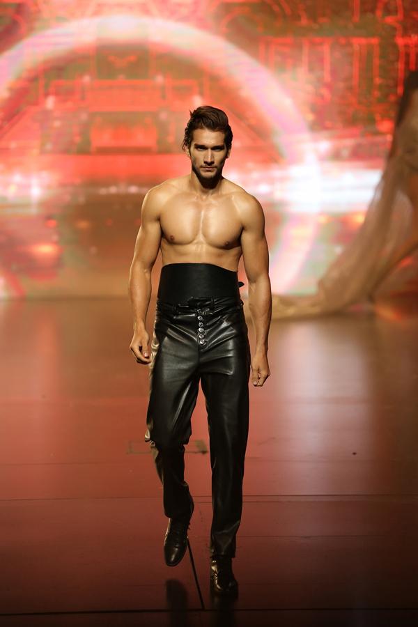 Ngoài các người mẫu nữ, sự góp mặt của một số model nam với thân hình vạm vỡ cũng khiến Đêm hội chân dài 12 thêm phần cuốn hút.