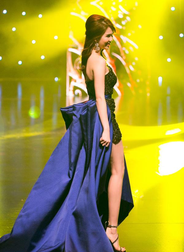Cô diện váy ngắn đính đá cầu kỳ, kết hợp phần đuôi cầu kỳ quét đất. Khi Ngọc Trinh xuất hiện, hơn 1.000 khán giả đã dành cho cô tràng vỗ tay cổ vũ.