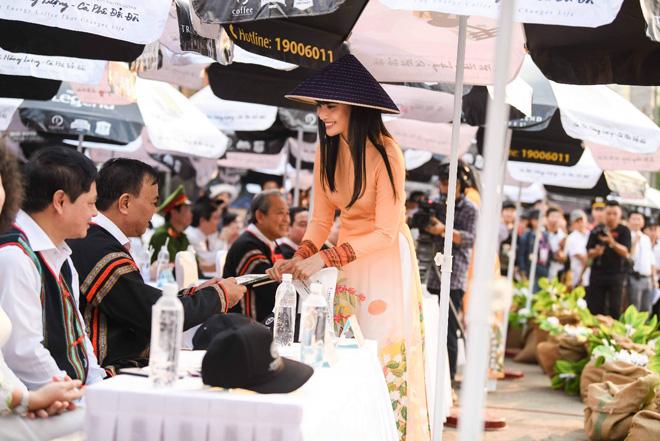 Buổi tối cùng ngày, các người đẹp cũng đến tham dự lễ khai mạc lễ hội cà phê Buôn Ma Thuột do tỉnh Đắk Lắk tổ chức.