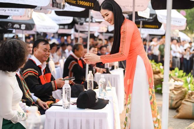 Các người đẹp đều mặc trang phục và phụ kiện do Hoa hậu Ngọc Hân thiết kế, lấy cảm hứng từ hạt cà phê.