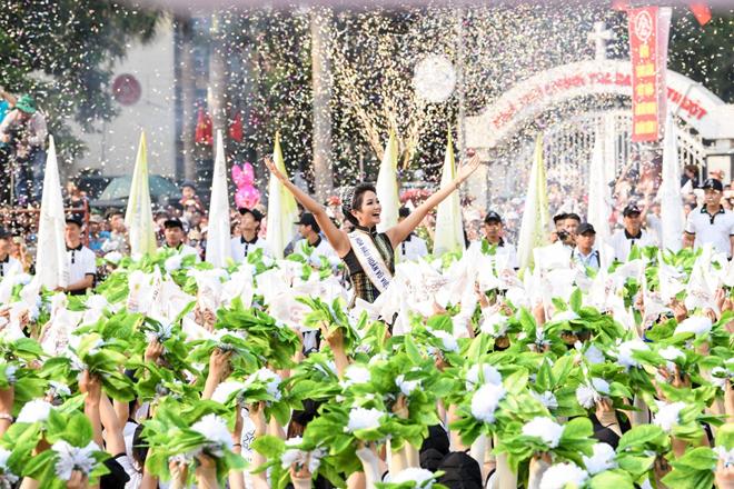 Hoa hậu Hoàn vũ H'Hen Niê cũng tham gia chương trình với vai trò đại sứ lễ hội cà phê Buôn Ma Thuột 2019