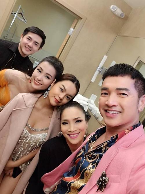 Phạm Quỳnh Anh hội ngộ Đông Nhi, Ông Cao Thắng và ca sĩ Hồng Ngọc trong chuyến lưu diễn tại Mỹ.