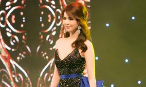 Ngọc Trinh làm vedette diễn thời trang ở Singapore