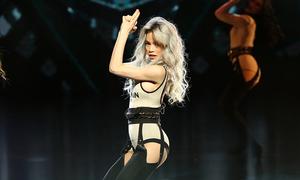 Hồ Ngọc Hà mặc sexy hoá Bond Girl trên sân khấu