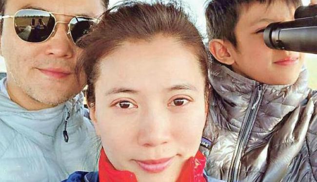 Vịnh Nghi cùng chồng con trong một chuyến du lịch.