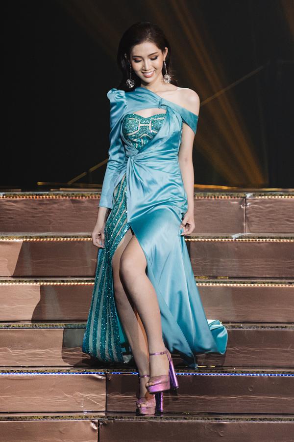 Đỗ Nhật Hà mất điểm trên sân khấu bán kết Hoa hậu Chuyển giới Quốc tế 2019 do chọn trang phục tham chi tiết, kết hợp giày màu tím lệch tông.