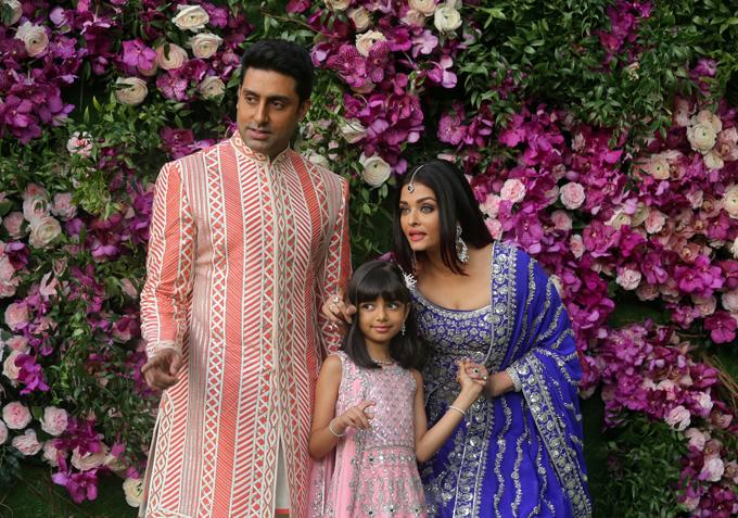 Đám cưới của con trai tỷ phú giàu nhất Ấn Độ có sự góp mặt của nam diễn viên Abhishek Bachchan, vợ anh là Hoa hậu Aishwarya Rai và con gái Aaradhya, tạo dáng tại lễ cưới của Akash Ambani, con trai Ảnh: Reuters.