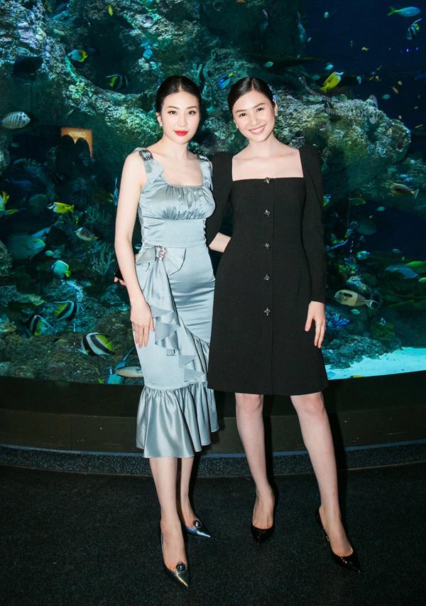 Trong khi đó, Á hậu Minh Thư (trái) lộ bụng to trong thiết kế xếp nếp và nhún bèolỗi mốt.
