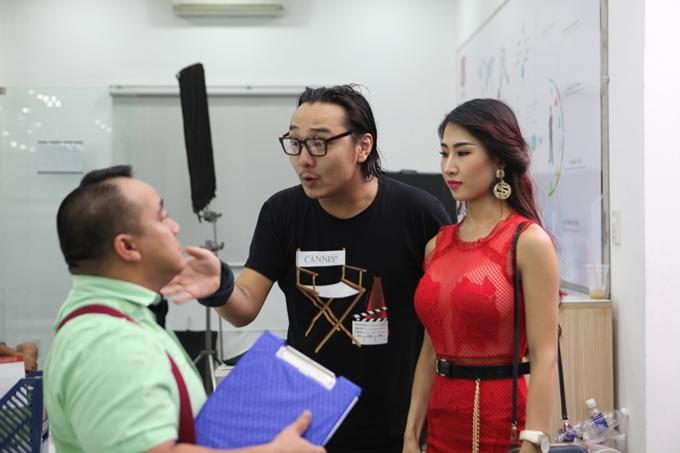 DJ Oxi (áo đỏ) vào vai Quyên - bạn thân của Hiền. Đây là một cô gái tôn sùng đạo Phật nhưng sống phóng khoáng trong tình yêu. Một trong những chi tiết phản cảm nhất phim là cô này mặc đồ xuyên thấu, khoe ngực, nhưng luôn miệng nói