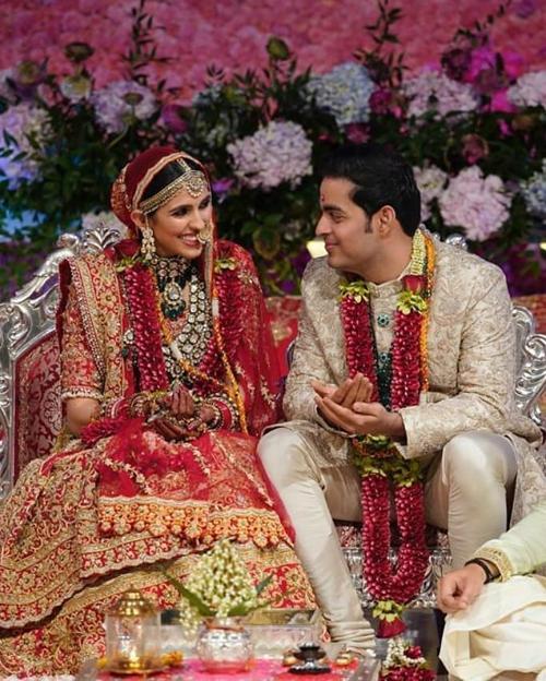 Hai nhân vật chính của buổi tiệc -chú rể Akash Ambani vàcô dâu Shloka Mehta chuẩn bị thực hiện các nghi lễ cưới.