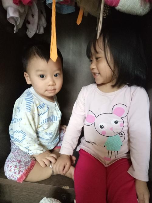 Bé Hà My và em trai.