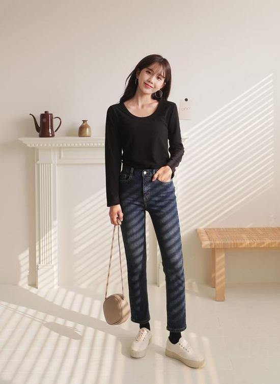 Khi nói đến các món đồ thời trang tiện dụng, nhiều người nghĩ ngay đến quần jeans và áo thun. Hai mẫu trang phục luôn mang lại sự trẻ trung cho người mặc.