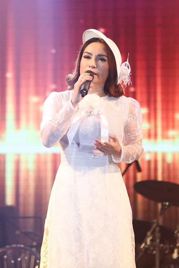 Ngoài màn song ca với Tuấn Vũ, Phi Nhung còn solo ca khúc Trộm nhìn nhau và Mong chờ.