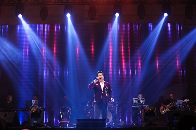 Quang Lê ủng hộ liveshow đầu tiên của Tuấn Vũ bằng hai ca khúc Nhớ nhau hoài và Xin gọi nhau.