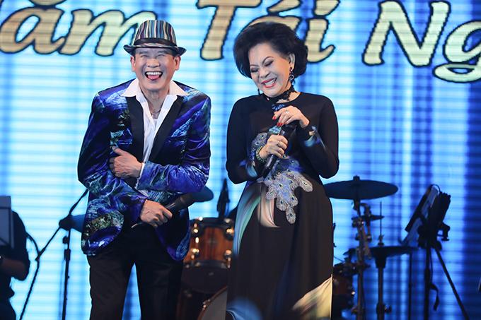 Danh ca Giao Linh cũng góp mặt trong liveshow của Tuấn Vũ. Không chỉ khiến khán giả nức lòng khi hát Sầu tím thiệp hồng, họ còn mang đến những tiếng cười bằng những câubông đùa nhau trên sân khấu.