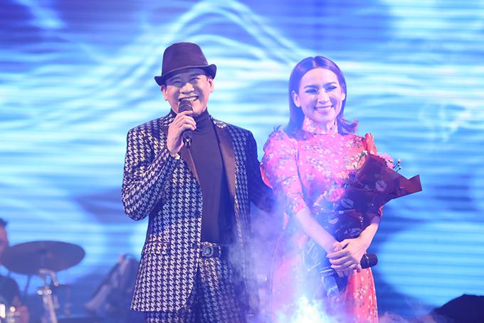 Đối với Tuấn Vũ, Phi Nhung không chỉ là người tình trên sân khấu mà còn là người em thân thiết trong cuộc sống. Họ gắn bó với nhau nhiều nămkhi cùng hoạt động tại hải ngoại.