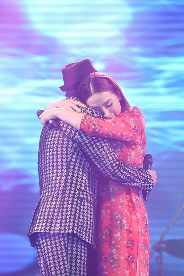 ... ôm chặt lấy Tuấn Vũ để thể hiện nỗi lòng của hai kẻ yêu nhau mà không đến được với nhau.