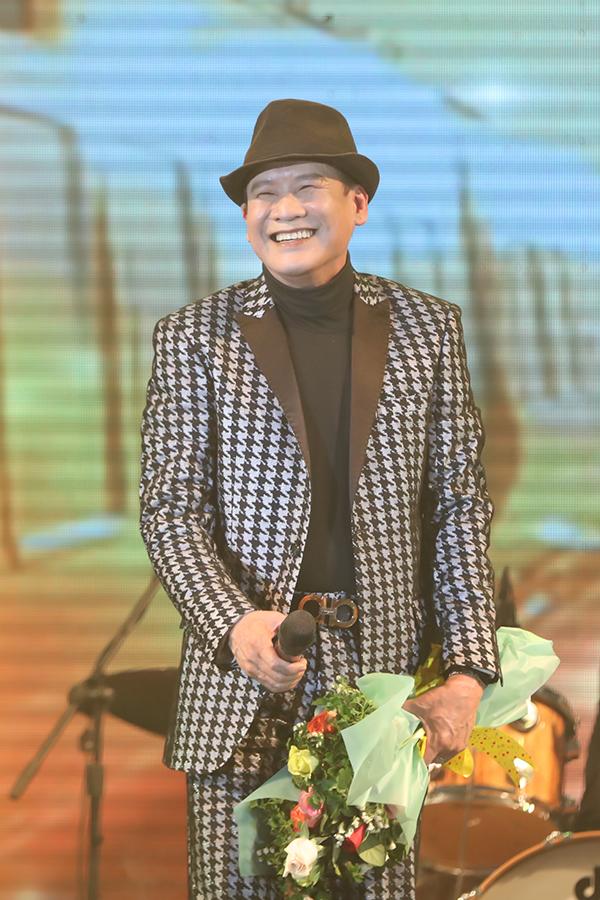 Tôi 10/3, Tuấn Vũ có liveshow đầu tiên tại TP HCM. Khán phòng với sức chứa 3.000 chỗ ngồi của khách sạn Tân Sơn Nhất chật cứng khán giả khiến ca sĩ hải ngoại hạnh phúc khi cảm nhận được tình cảm của người hâm mộ dành cho mình sau nhiều năm xa cách.