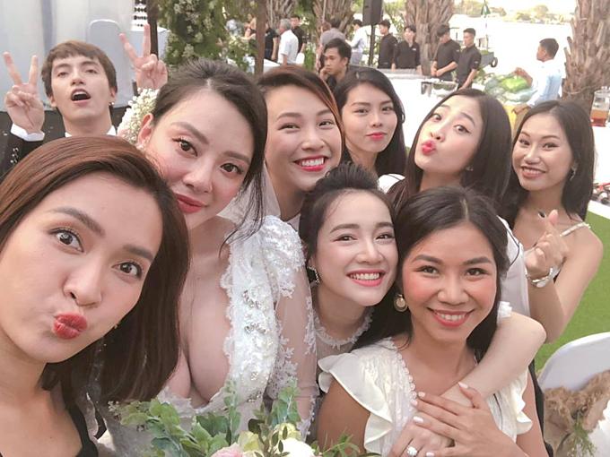 Nhã Phương cùng MC Hoàng Oanh, ca sĩ Ái Phương cùng dự lễ cưới một người bạn được tổ chức tại TP HCM. Bà xã Trường Giang được fan khen tươi tắn, xinh đẹp và cho rằng cô nhanh chóng lấy lại vóc dáng sau sinh.
