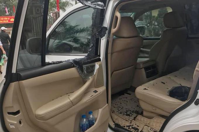 Cửa kính xe Lexus bị đập vỡ vụ hôm 9/3 tại đường Cienco 5, quận Hà Đông. Ảnh:Phạm Quỳnh.