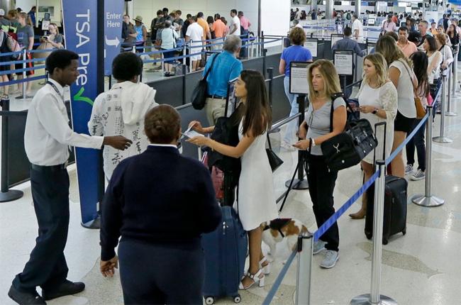 Một số bí quyết giúp nhanh chóng qua cửa an ninh sân bay - 1