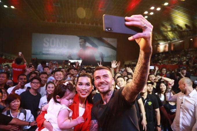 Cựu danh thủ Anh selfie với siêu mẫu Hà Anh và con gái cô.
