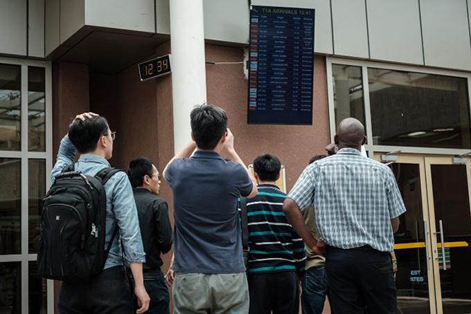 Người nhà các nạn nhân người Trung Quốc theo dõi thông tin vụ tai nạn từ sân bay Addis Ababa.