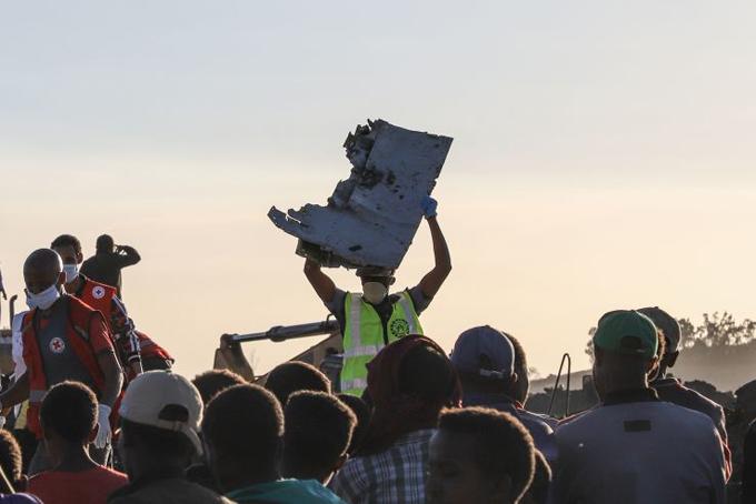 Mảnh vỡ máy bay vương vãi khắp hiện trường vụ tai nạn. Ảnh: CNBC.
