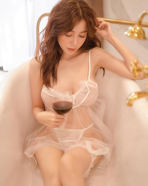 Elly Trần diện trang phục mỏng tang khoe body nóng bỏng.