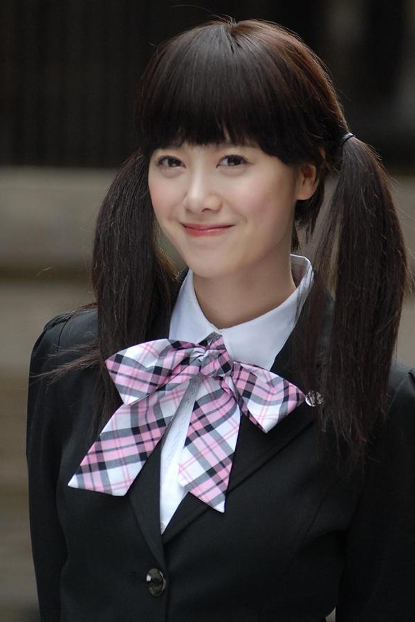 Hôm 8/3 vừa qua, Goo Hye Sun gây bất ngờ cho fan khi đăng tải hình ảnh mặc đồng phục, buộc tóc hai bên, tái hiện tạo hình nàng Cỏ của phim Vườn sao băng chiếu cách đây vừa đúng 10 năm. 35 tuổi, cô trở thành người
