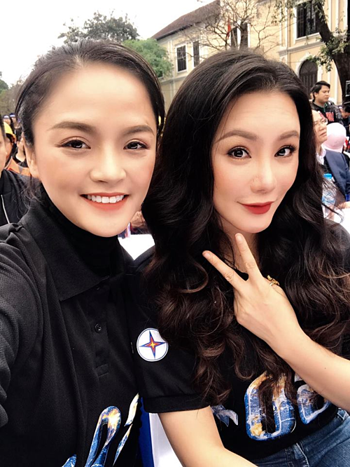 Diễn viên Thu Quỳnh selfie cùng ca sĩ Hồ Quỳnh Hương tại một sự kiện trên phố đi bộ Hồ Gươm (Hà Nội).